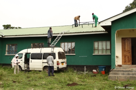 Die Solarenergieanlage wird angebracht